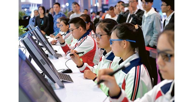 2019年世界VR(虛擬實境)產業大會昨日在江西南昌開幕,在現場有許多學生體驗VR設備。(新華社)