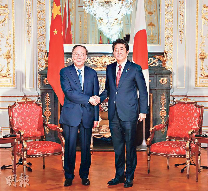 家副主席王岐山(左)本周訪日並出席日皇即位儀式,周三會見日本首相安倍晉三(右)時表示,國家主席習近平「原則同意」明年春天國事訪問日本。(新華社)