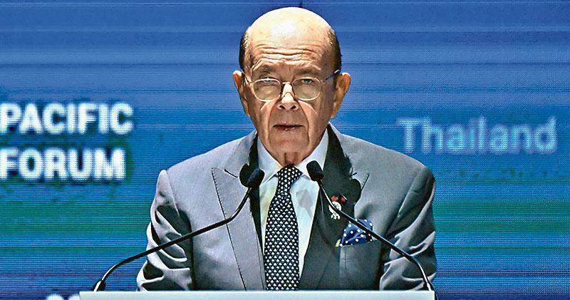美國商務部長羅斯周一在曼谷舉行的「印太商業論壇」上發言。(法新社)