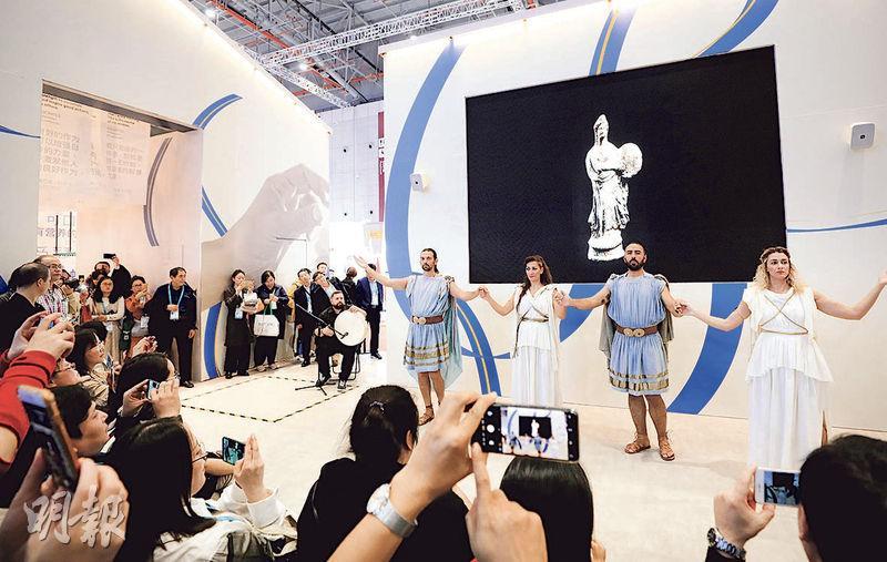 國家主席習近平昨日啟程前往希臘國事訪問,他在一周前始在上海同希臘總理米佐塔基斯一道參觀了希臘國家館。圖為11月8日希臘的工作人員在第二屆進博會希臘國家館內表演傳統的舞蹈。(新華社)