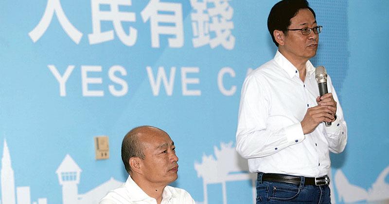 國民黨總統參選人韓國瑜昨日宣布副手人選為國政顧問團總召張善政。圖為韓國瑜(左)在宣布副手消息後,張善政(右)闡釋他願意應邀出任副手的理由及競選願景。(中央社)