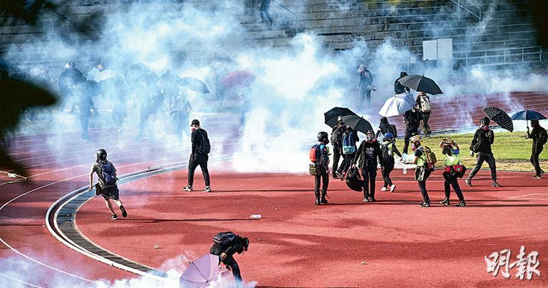 警催淚彈射中大 學生汽油彈頑抗 攻防戰數十人傷 校方與警協議後退暫平息