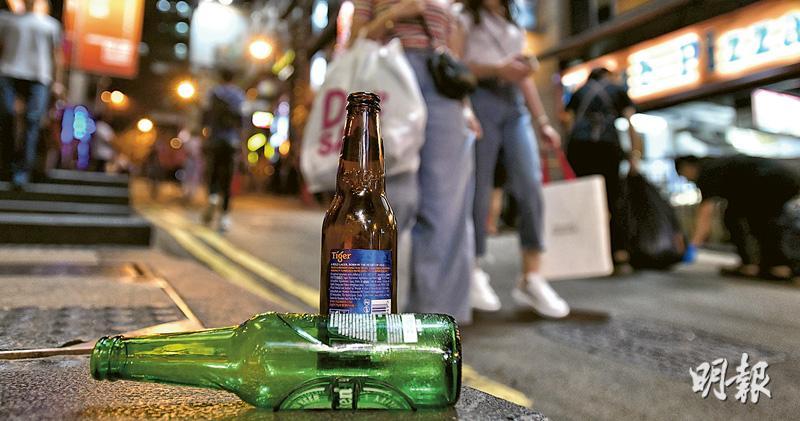 有回收商收到政府通知,要求停收玻璃樽及減少公眾地方的玻璃樽回收桶。昨日在蘭桂坊,有酒吧稱已收到回收商停收通知,料日後會將玻璃樽當普通垃圾扔掉。(楊柏賢攝)