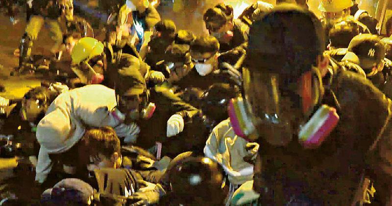 警驅散釀人疊人 16人傷重 義務急救員稱疊5層 警指傷勢與人踩人不脗合