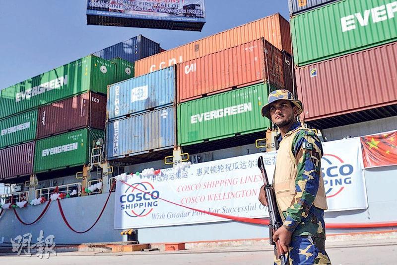 中巴經濟走廊由新疆至巴基斯坦南部直出印度洋的瓜達爾港,全長3000公里。目前瓜達爾港已由中資經營,並由巴基斯坦軍人看守。(法新社)
