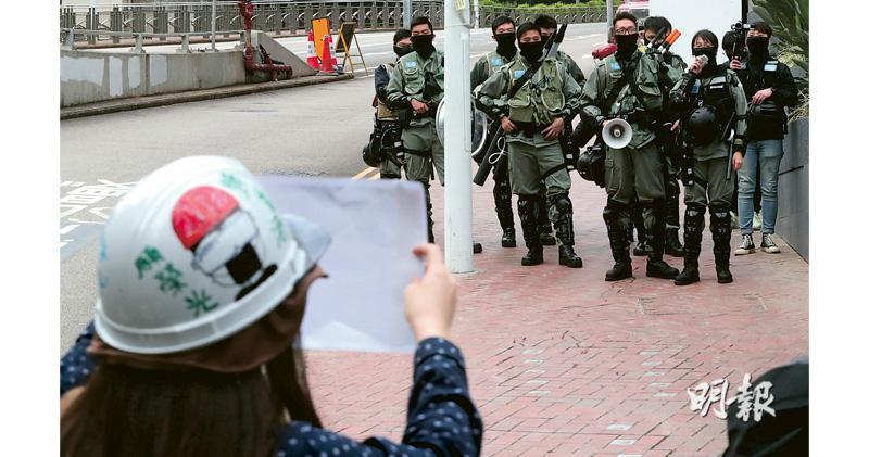反修例風暴半年,示威活動幾乎每日發生,警察每次都要到場值勤。昨日網民發起「和你返工」,由銅鑼灣遊行至上環,沿途高呼五大訴求,防暴警員一直在場戒備。(李紹昌攝)