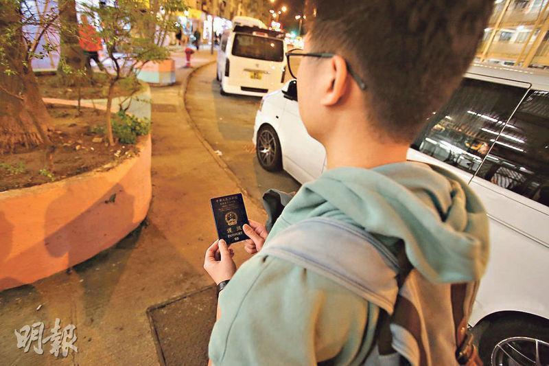 10月曾在反修例示威現場被捕的梁先生(圖),前日在上海轉機時被拘查,護照及回鄉證一度被扣起,直至原機遣返香港後才獲交還。(伍浦鋒攝)