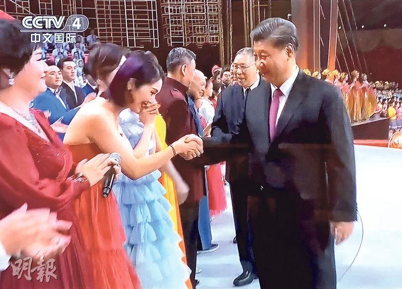 楊千嬅在台上與國家主席習近平握手。(視頻截圖)