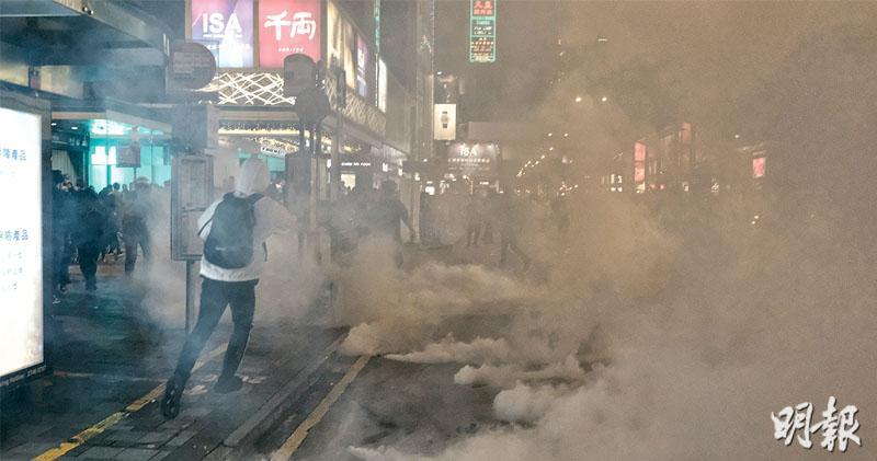 街頭硝煙再起 平安夜不平安 多個商場衝突 警放催淚彈 青年逃警追躍下墮樓