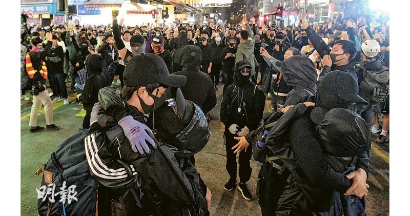群眾倒數喊抗爭口號 汽油彈送除夕 催淚彈迎新年
