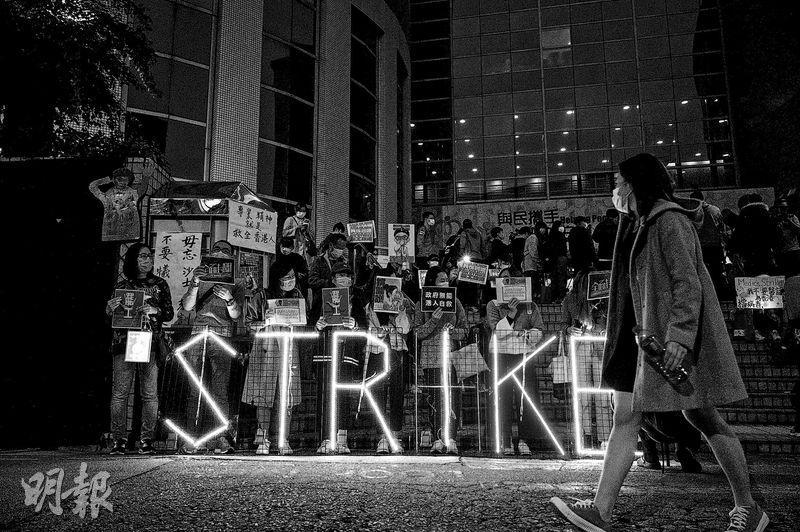 2月7日,醫管局員工陣線宣佈罷工完結,有人激動落淚。(法新社)
