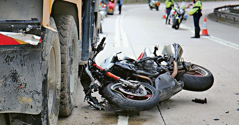 鐵騎撞泥頭車 司機不治 專家:重型電單車難操控 經驗要求高