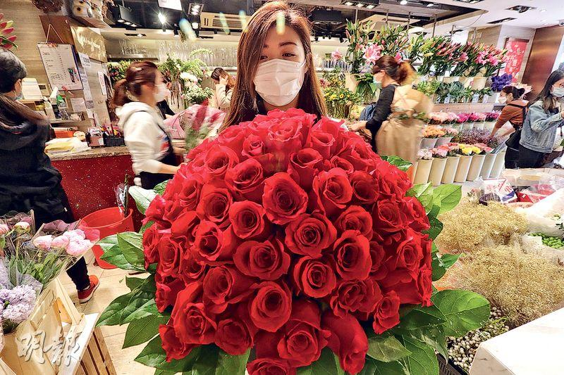 旺角花墟的花店店長梁小姐稱,今年不少公司職員在家工作,訂單少了約三分之二,99支美國玫瑰原價6980元,昨提供九折優惠,吸引客人。(李紹昌攝)