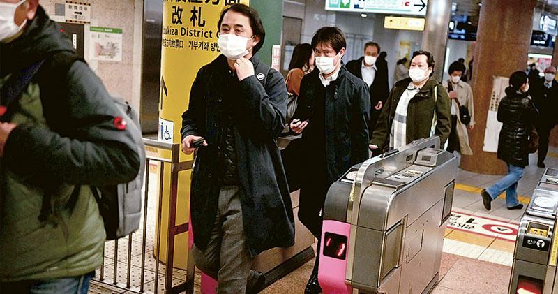 日本的武漢肺炎有社區爆發迹象,引發憂慮。圖為東京銀座列車搭客前日大多戴上口罩。(法新社)