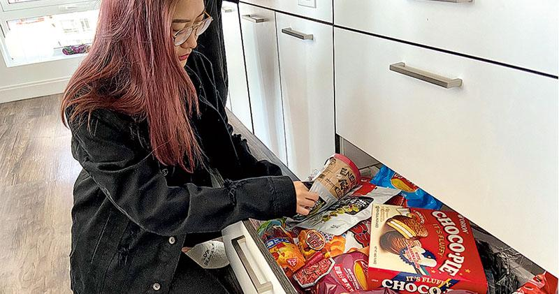 華包機接留英學生  費用自理  列責任承諾書  促回國嚴從隔離措施