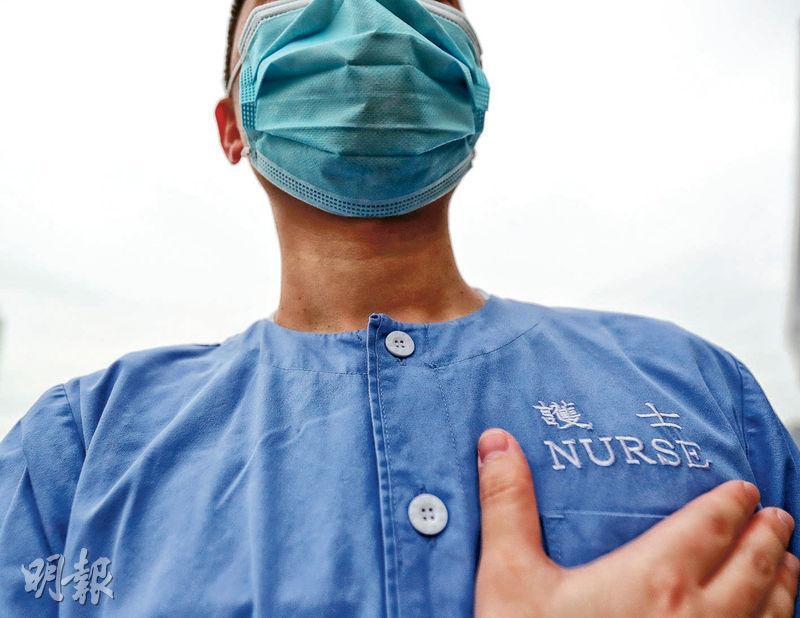 東區醫院護士阿蘇(化名)每日都提醒自己做醫護人員要「將心比己」, 「特別係你做耐咗,你個齒輪可能磨蝕咗」,要不斷提醒自己對病人和對家屬都要「畀個心出嚟做」。(李紹昌攝)