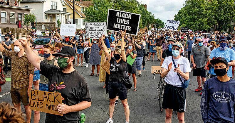 大批民眾周二在明尼阿波利斯示威為弗洛伊德討公道,有人高舉「黑人的命也是命」標語遊行。(法新社)