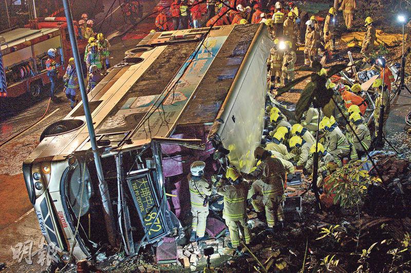 兩年前大埔車禍釀成19死67傷,控方案情表示,涉案巴士車廂嚴重損毁,車頭擋風玻璃及所有車窗破裂,巴士內和道路上沾滿血迹。(資料圖片)