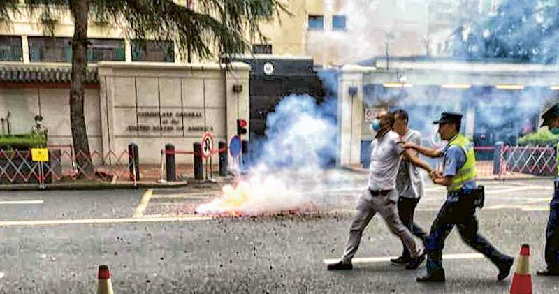 中國要求美國撤銷駐成都總領事館的消息傳來,成都昨有民眾在領館外燃放爆竹慶祝,被警方帶走。(網上圖片)