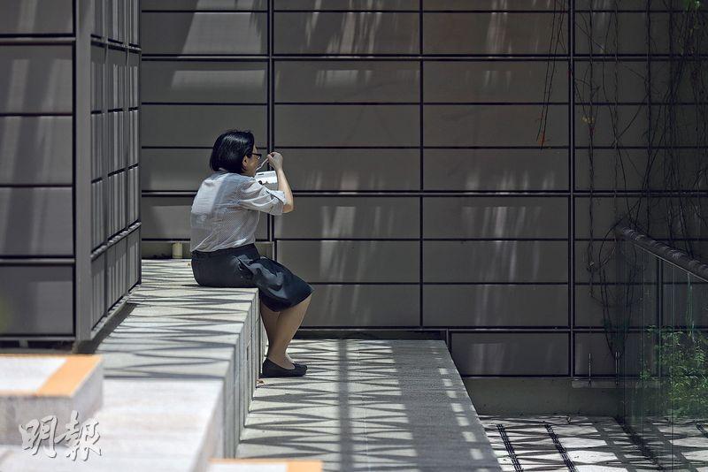 在限聚令下不少人感到孤獨,馮康認為應該改說身體距離(physical distancing)而非社交距離(social distancing),因為人與人之間身體距離雖遠,但人心可以更近。(資料圖片)