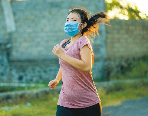 戴外科口罩運動 汗濕黏實 易暈易傷