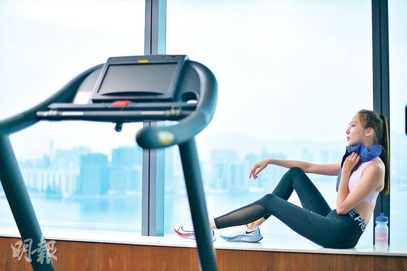 酒店做gym減壓兼健身 VR健身儀平板支撐練核心肌