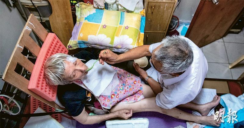 院舍禁探訪阻家屬餵食 長者消瘦 七旬翁接認障老伴回家照顧 「一腳踢」辛苦無助