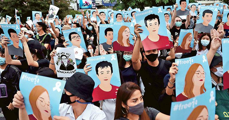 曼谷再爆萬人示威  巴育稱願聽民意  血洗陰霾籠罩  泰學生領袖:至死方休