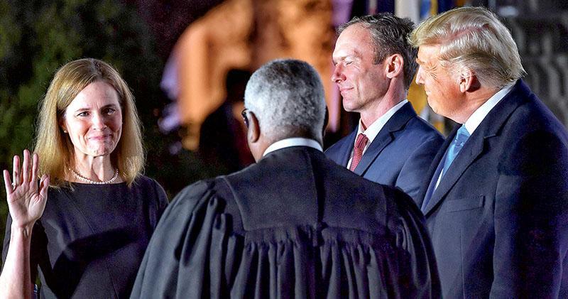 選前任命大法官 特朗普先贏一仗 48歲巴雷特宣誓就任 參與審理選戰訴訟