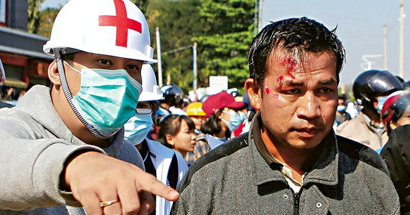 緬膠彈驅示威 醫生稱女子頭中實彈 全民盟總部被搜 仰光曼德勒宵禁