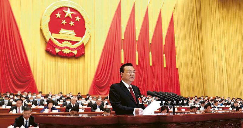 第十三屆全國人民代表大會第四次會議在北京人民大會堂開幕,國務院總理李克強在政府工作報告中稱,「中國經濟發展的後勁很強,我們有理由相信,我們能夠有信心、有決心、有實力、有底氣實現今年GDP增長6%的目標」。(中新社)