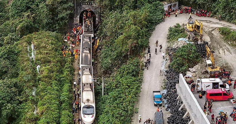 工程車溜路軌 台鐵直撼50死 疑未拉好手掣肇禍 150人受傷