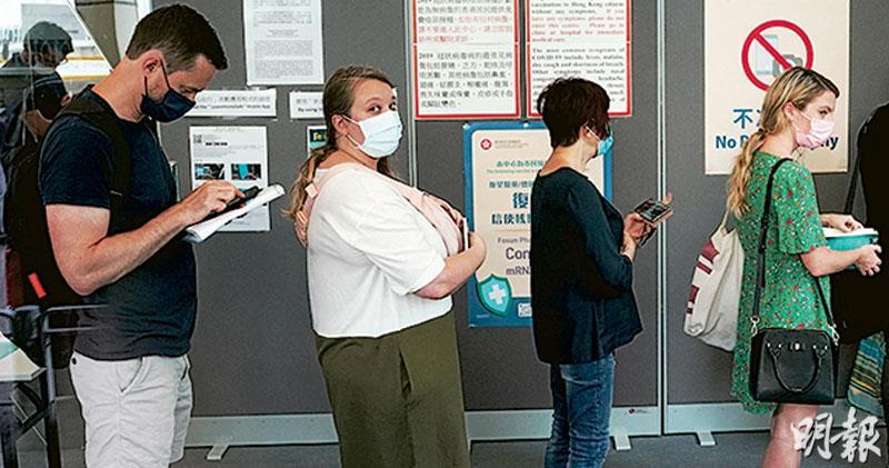 林鄭拋「抗疫新路向」 食肆酒吧分階段鬆綁 飲食利誘打針 強制掃安心