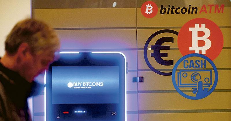 上周多項負面消息夾擊加密貨幣市場,令一眾加密貨幣應聲急跌,其中EOS曾跌逾兩成「最傷」,比特幣亦曾跌15%。圖為立陶宛一部比特幣自動櫃員機。(路透社)