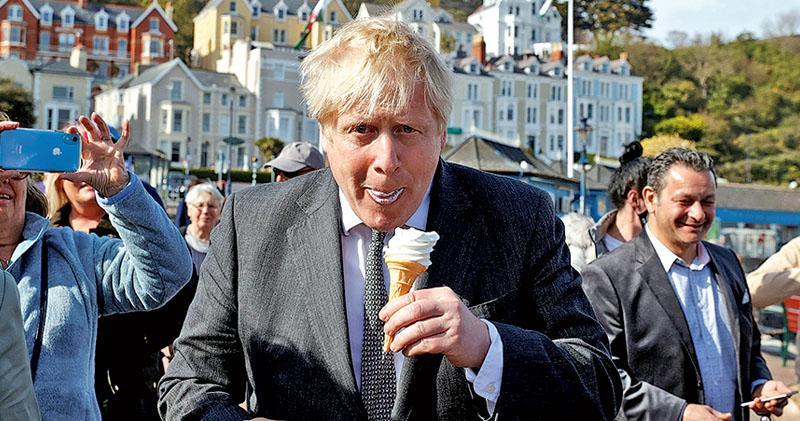 英媒:約翰遜言「寧見屍山不要封城」  惹怒新冠遺屬  否認報道斥「完全垃圾」