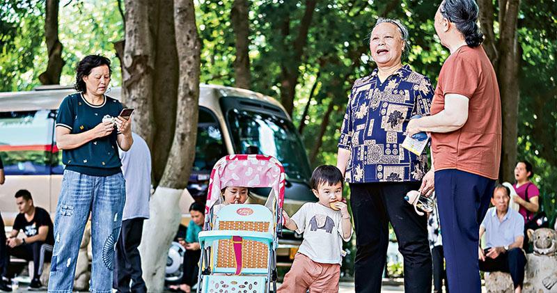 最新人口普查數據公布,0至14歲人口為2.5338億人,佔17.95%;60歲及以上人口為2.6402億人,佔18.7%。少兒人口比重回升,人口老化程度加劇。圖為廣西百色人民公園,老人在帶孫兒玩耍。(中新社)