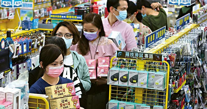 新冠病毒在台灣社區繼續蔓延,昨日新增16宗本土確診,為台灣去年出現疫情以來單日最高紀錄。總統蔡英文呼籲民眾團結防疫守台灣,稱目前防疫物資和醫療資源充足。民眾亦開始增購防疫物資,台北一間超市昨日出現購買口罩的人龍(圖)。(路透社)