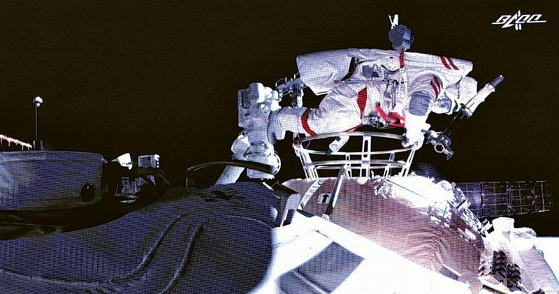 隔13年 神舟太空人再出艙漫遊 兩人抬升艙外全景相機及檢測氣閘艙