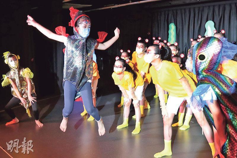 小學生演話劇學英語  教室改造「黑盒劇場」 全級師生參與