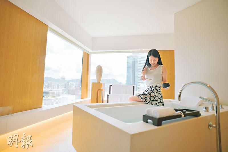 酒店浴室90°巨窗 浸浴賞無敵維港