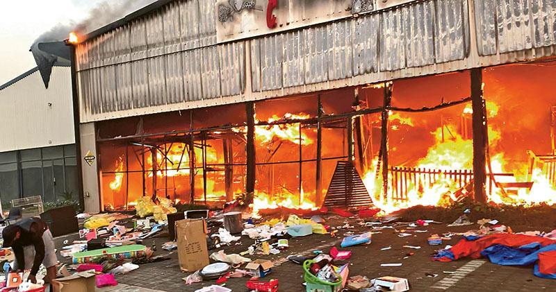 南非27年最大騷亂  搶燒店舖72死  前總統祖馬入獄引爆動盪  使館籲華僑提防