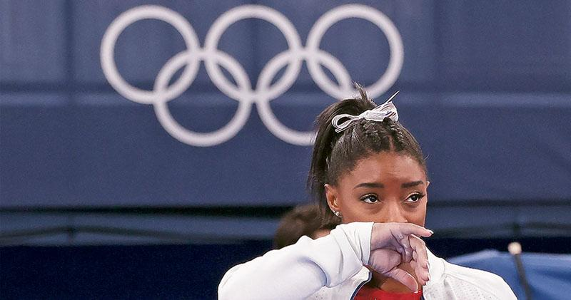 美國「體操女王」比拉絲周二在東京奧運女子體操團體決賽突然退賽,掀起巨大迴響。她承認當時無法承受巨大心理困擾,令輿論關注運動員所受壓力。(新華社)
