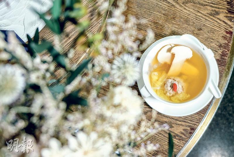 餐桌「小傘子」添山林靈氣  「菌王」伴獅子頭  湯鮮醇香