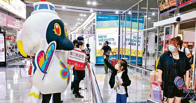 澳門旅遊吉祥物「麥麥」月初現身澳門國際機場歡迎訪澳旅客;惟隨着澳門再度進入即時預防狀態,業界料將錯失十一黃金檔期生意。(新華社)
